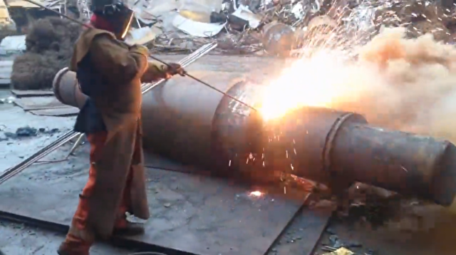 鉄パイプを高圧火花で切る.png