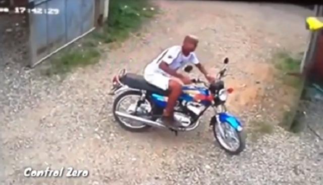 防犯カメラに気付いたバイクドロボウ.png