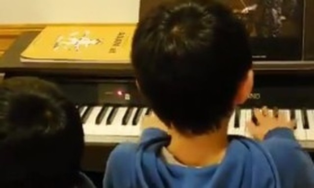 電車のメロディーを弾く子供.jpg