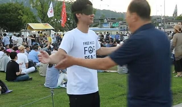 韓国の半日集会でフリーハグ.jpg