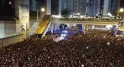 香港のデモで救急車の通る道を空ける群衆.jpg