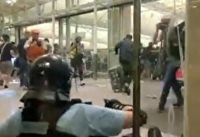 香港の暴動で取り残された警官.jpg