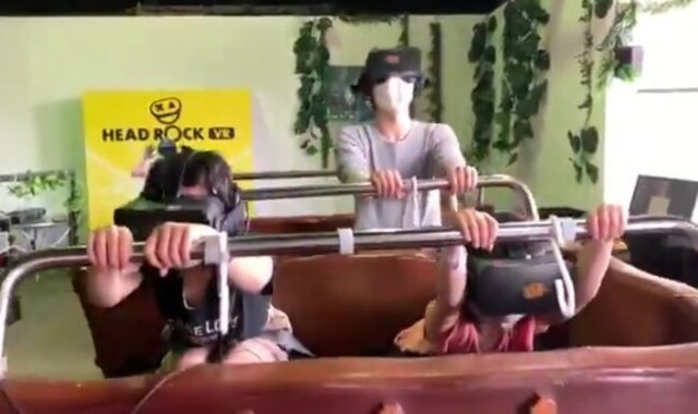 VRの世界から現実へ引き戻される男.jpg