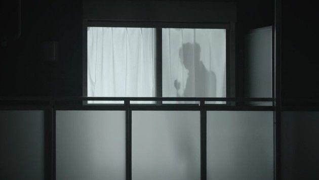 カーテンに男の影