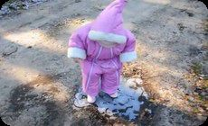 凍った水溜りの少女