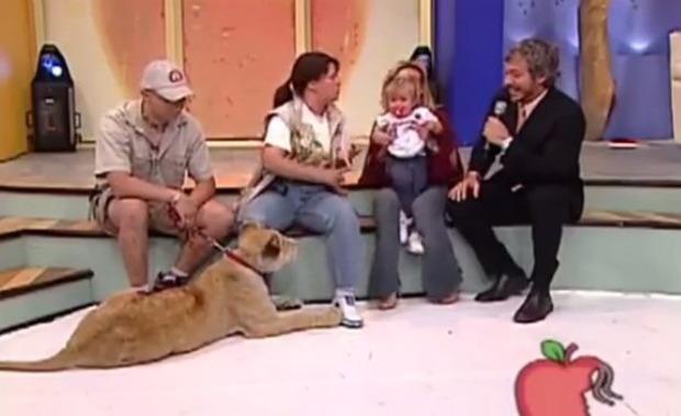 ライオンに食われそうになる少女