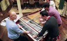 4人でピアノを連弾