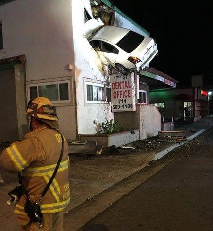 車が二階部分に突っ込む事故01 (1)