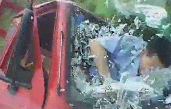 フロントガラスを突き破る事故