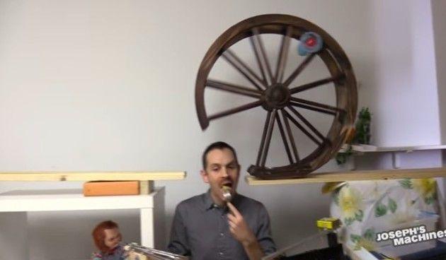 ゴールドバーグマシンでパンケーキを食べる人