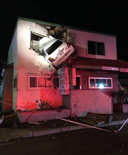 車が二階部分に突っ込む事故01 (3)