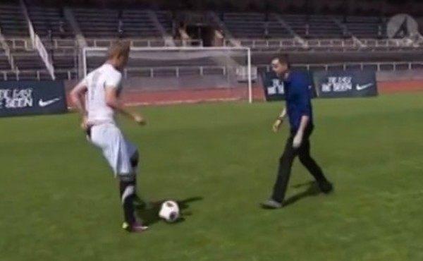 素人がプロサッカー選手からボールを捕ろうとする動画