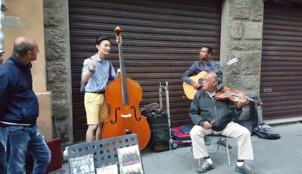 韓国人がイタリアの街角パフォーマンス