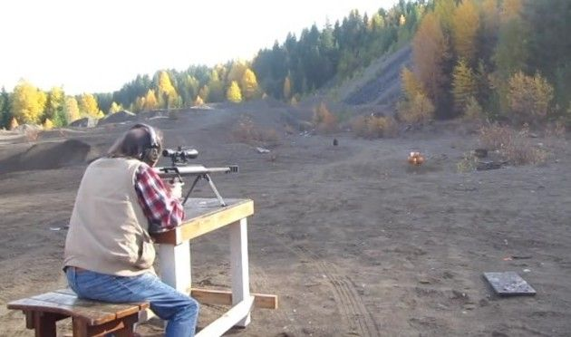 大きな銃でカボチャを撃つ