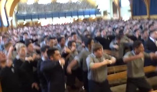 ハカダンスをするニュージーランドの高校生