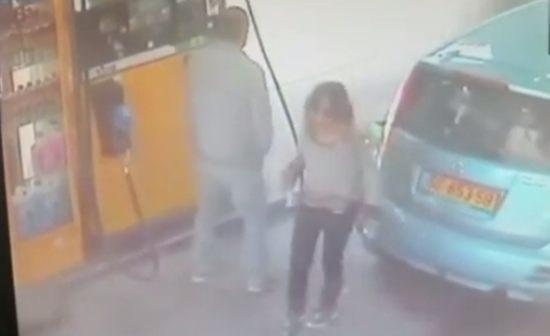 ガソリンスタンドで火をつける女。