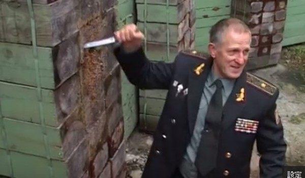 ウクライナ軍人によるナイフ投げの技術