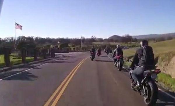 目の前で兄弟が事故るバイク動画
