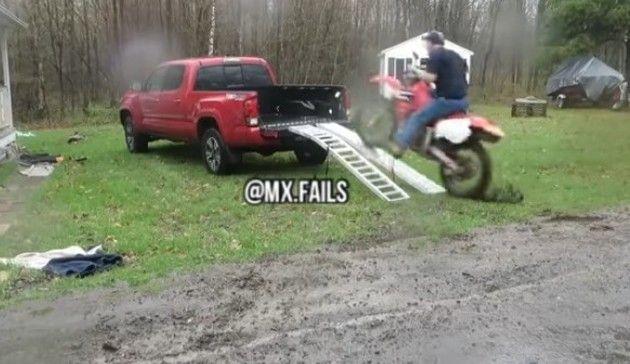 トラックの荷台にバイクを載せる失敗