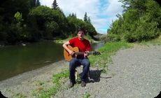 オレゴンの風景をバックにフォークソング