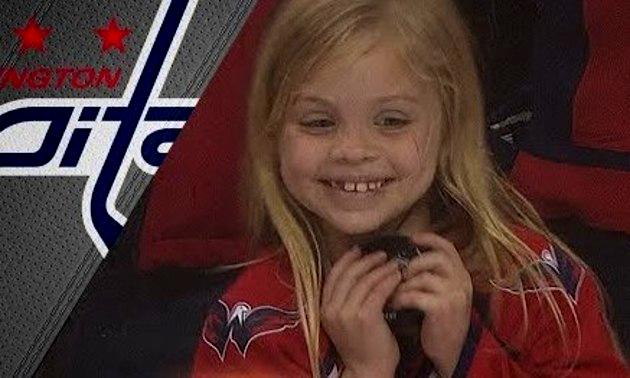 アイスホッケーのパックをもらった少女