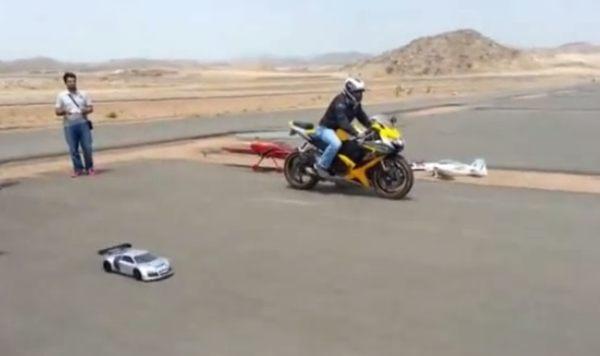 バイクとラジコンカーの対決