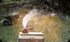 スプレー缶を爆発、スロー
