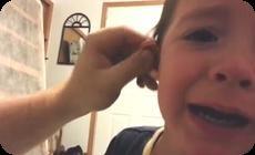 耳と鼻をもぎ取られる子供