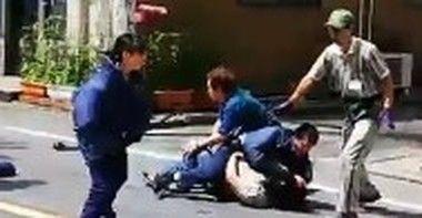 警官が刃物男を捕らえる目黒