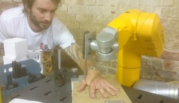 ロボットアームで指間をナイフ
