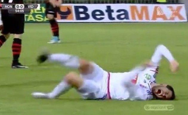 サッカー選手、痛がる