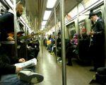 地下鉄電車内でスーパーマリオの曲を演奏する二人組み、動画 (1)
