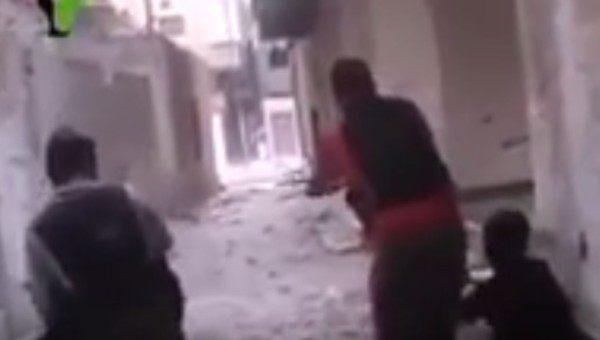 シリアの市街戦で掌を撃たれる兵士