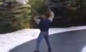 凍った山道で滑る男