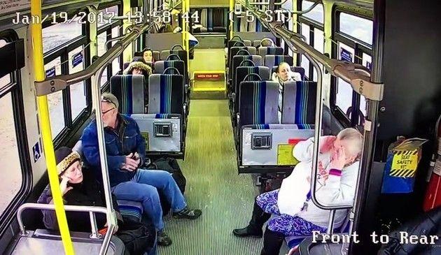 バスにトラックが突っ込む事故