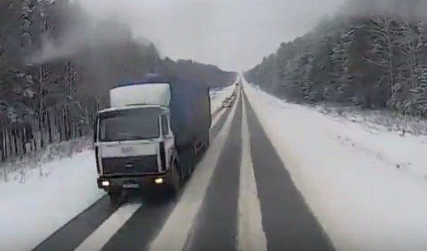 トラックの正面衝突