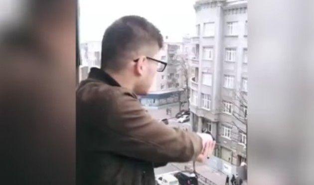 ベランダから銃を乱射する男