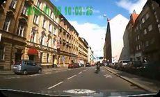 街中でバイクを追うパトカー、カーチェイス