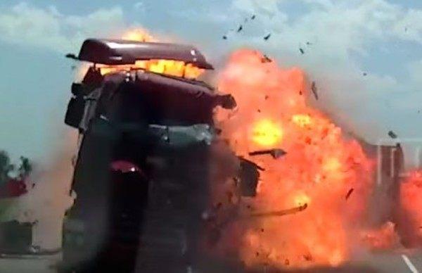 正面衝突で爆破炎上トラック