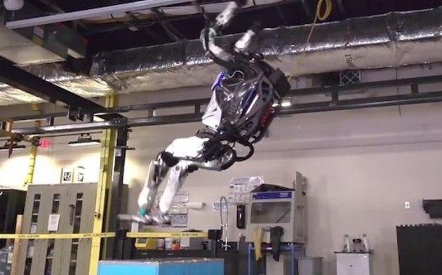 バク宙するロボット