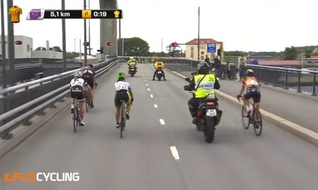 女子自転車レースでのトラブル