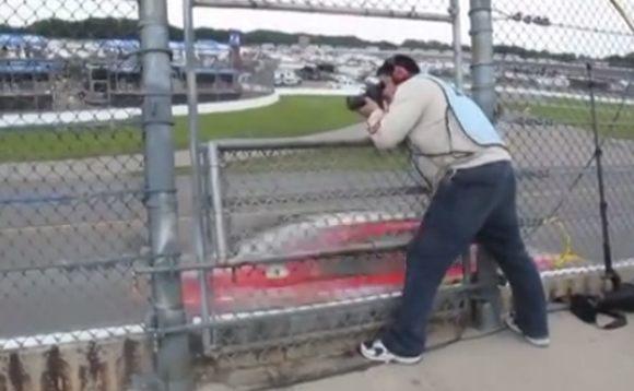 ナスカーを撮影する人