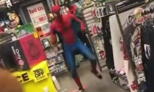 スパイダーマンの店内ダンス