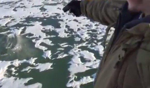 氷に回転しながら突き刺さる弾丸