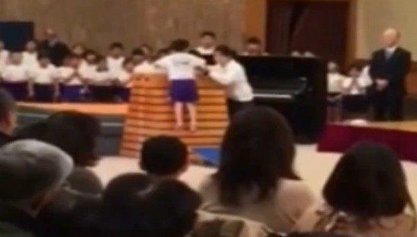 跳び箱を跳ぶ子供