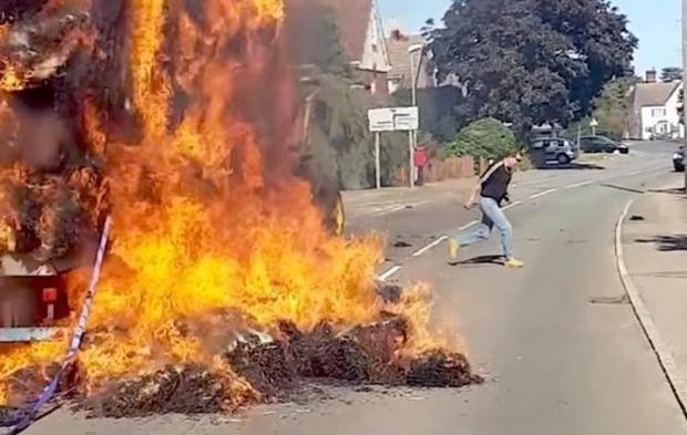干し草が燃える事故