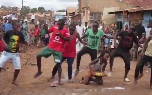 アフリカの子供たちによるダンスパフォーマンス