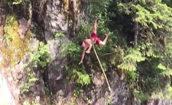 酔っぱらって木から落ちる男