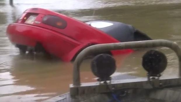 沈む車から救出劇