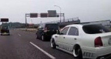 前の車を煽るDQN車